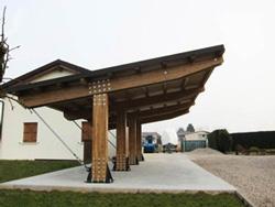 Pensiline fotovoltaiche in legno lamellare for Carport box auto legno lamellare prezzi